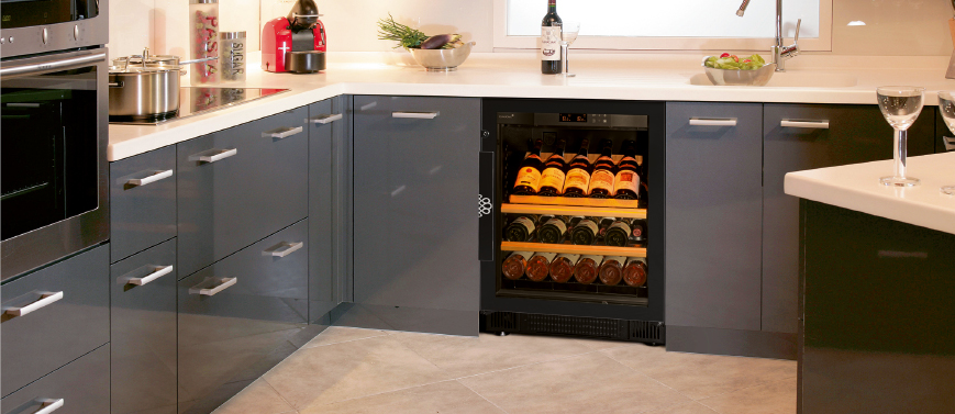 Enhance your wine bottles with the presentation shelf that equips the Compact flush-fitted wine cabinet for the kitchen.