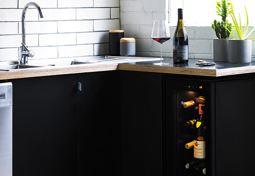 Amber lighting, lines and elegant finish, wine bottles adapted storage. Create a design wine area in your integrated kitchen and keep your wine bottles at optimale tasting temperature, ready to serve.